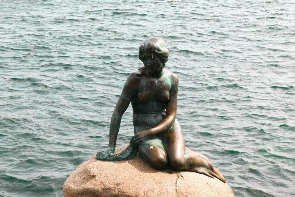 estátua da pequena sereia em Copenhague